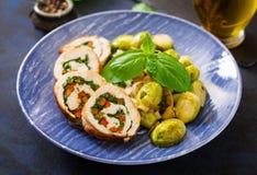 El pollo rueda con los verdes, adornados con las coles, las manzanas y los puerros guisados de Bruselas Fotografía de archivo libre de regalías