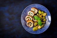 El pollo rueda con los verdes, adornados con las coles, las manzanas y los puerros guisados de Bruselas Fotos de archivo