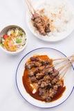 El pollo satay con la salsa deliciosa del cacahuete sirvió con el arroz blanco y las verduras Fotos de archivo libres de regalías