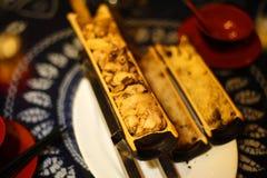 El pollo y el arroz cocinaron en el tubo de bambú grueso, declicious foto de archivo