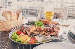 El pollo y Turquía del cerdo de la carne de vaca de la carne con las verduras en un disco grande con las patatas fritas, pimienta Fotografía de archivo libre de regalías