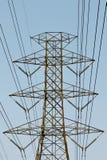El polo de alto voltaje allí es un contexto del cielo Foto de archivo libre de regalías