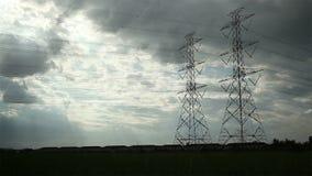 El polo eléctrico, las torres de alto voltaje y el cielo en verde del arroz archivaron el tiro del carro almacen de metraje de vídeo