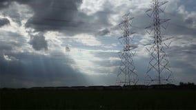 El polo eléctrico, las torres de alto voltaje y el cielo en verde del arroz archivaron el tiro del carro almacen de video