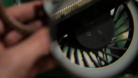 El polvo estorbó el cuaderno del radiador y de la fan, sistema de enfriamiento sucio almacen de video