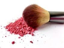 El polvo rosado y se ruboriza cepillo en un fondo blanco Fotografía de archivo libre de regalías