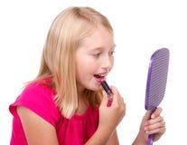 El poner adolescente joven en el lápiz labial Imagen de archivo libre de regalías
