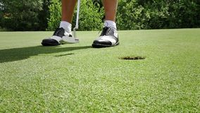 El poner de la pelota de golf almacen de metraje de vídeo