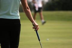El poner del golf de la señora Foto de archivo