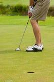 El poner del golfista Foto de archivo libre de regalías