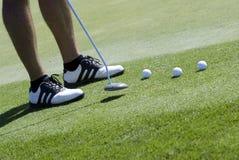 El poner del golfista Foto de archivo
