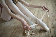 El poner en los zapatos de ballet Fotografía de archivo libre de regalías