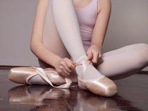 El poner en los zapatos de ballet del pointe imagenes de archivo