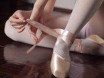 El poner en los zapatos de ballet del pointe fotos de archivo