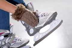 El poner en patines de hielo Fotografía de archivo