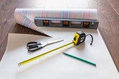 El poner encima del nuevo papel pintado en casa Fotografía de archivo