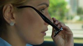 El poner femenino en los vidrios mientras que conduce, preocupaciones sobre problemas en el trabajo, tensión metrajes