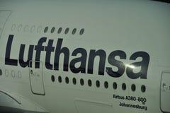 El poner letras de Lufthansa Imagen de archivo libre de regalías