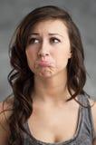 El poner mala cara caucásico joven hermoso de la mujer Imagen de archivo libre de regalías
