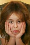 El poner mala cara de la chica joven Foto de archivo
