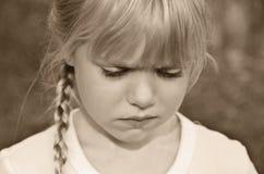 El poner mala cara de la niña Imagen de archivo