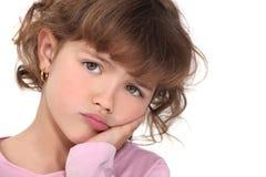 El poner mala cara de la niña Fotografía de archivo
