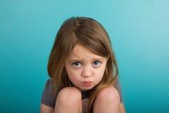 El poner mala cara de la niña Imagenes de archivo