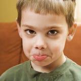El poner mala cara del muchacho. Imagen de archivo