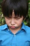 El poner mala cara del muchacho Foto de archivo