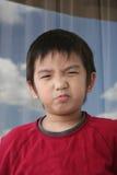El poner mala cara del muchacho Foto de archivo libre de regalías