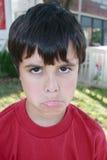 El poner mala cara lindo del muchacho Foto de archivo libre de regalías