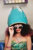 El poner mala cara mientras que bajo el secador de pelo Foto de archivo libre de regalías
