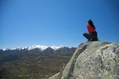 El ponerse en cuclillas en la parte superior del valle Foto de archivo
