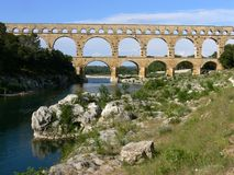 El Pont du Gard es un acueducto romano antiguo en Francia meridional fotos de archivo