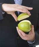 el por ciento de la demostración del hombre de negocios de la manzana fotos de archivo