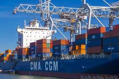 El portacontenedores grande de la CGM de CMA descargó en el puerto de Rotterdam imagen de archivo