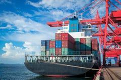 El portacontenedores grande que atraca en el puerto se prepara para descargar en un día shinning imagenes de archivo