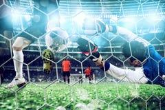 El portero coge la bola en el estadio durante un partido de f?tbol imagen de archivo