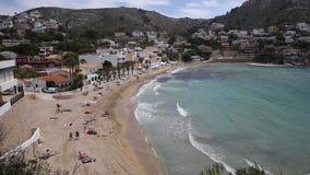 EL Portet Ισπανία με την παραλία στο Κόστα Μπλάνκα κοντά σε Moraira με τους ανθρώπους φιλμ μικρού μήκους