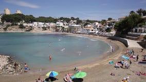 EL Portet perto da vila espanhola da Espanha de Moraira com a praia em Costa Blanca video estoque