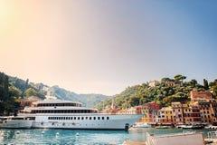 El Portofino hermoso con las casas y los chalets coloridos, los yates de lujo y los barcos en poca bahía se abrigan Liguria, Ital imagenes de archivo