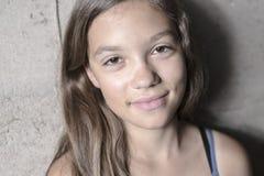 El portrai de la muchacha contra un muro de cemento gris Fotos de archivo