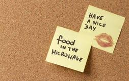 El post-it pegajoso amarillo de la nota tiene un día agradable. La comida del beso está en imagenes de archivo