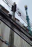 El poste de la electricidad con la grúa Imágenes de archivo libres de regalías
