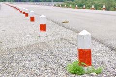 El poste en el borde de la carretera, viaje de la seguridad es aventura Imagenes de archivo