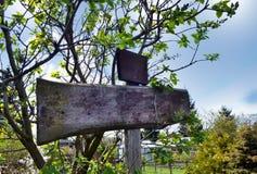 El poste indicador de madera en el jardín, añade Fotos de archivo