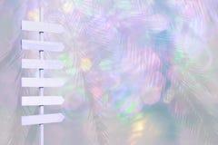 El poste indicador de madera de la flecha del color violeta en luces borrosas suavemente pica verde Fotografía de archivo libre de regalías