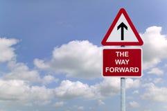 El poste indicador delantero de la manera en el cielo Fotos de archivo