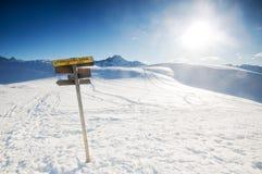El poste indicador en las montañas del invierno Foto de archivo libre de regalías