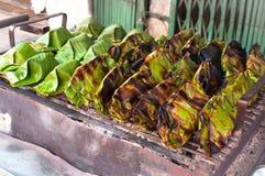 El postre de Tailandia envuelto en plátano se va, las natillas de la leche de coco con el dulce del coco, arroz pegajoso asado a  Imágenes de archivo libres de regalías